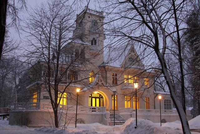 Зимой Дача Башенина особенно похожа на сказочный ледяной замок. Фото: Евгений Караванов