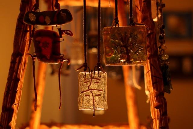 Украшения из стекла Любови Грачевой. Фото: Евгений Караванов