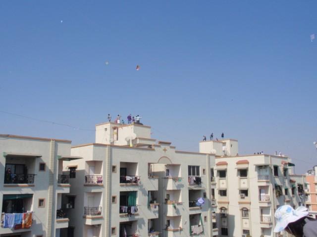 как вы видите, почти ли весь город был на крыше) Радовались, запуская змеи как малые дети)