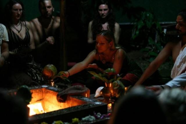 Ананд и его супруга Акаша проводят ягью для участников феста