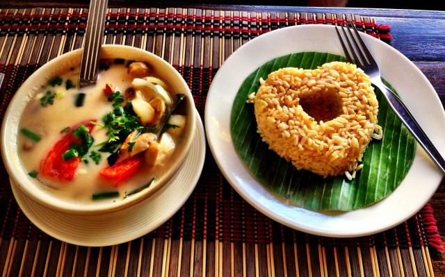 Том Ка суп на кокосовом молоке со специями и бурым рисом