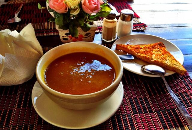 Тыквенный суп с гренками и ароматными травами