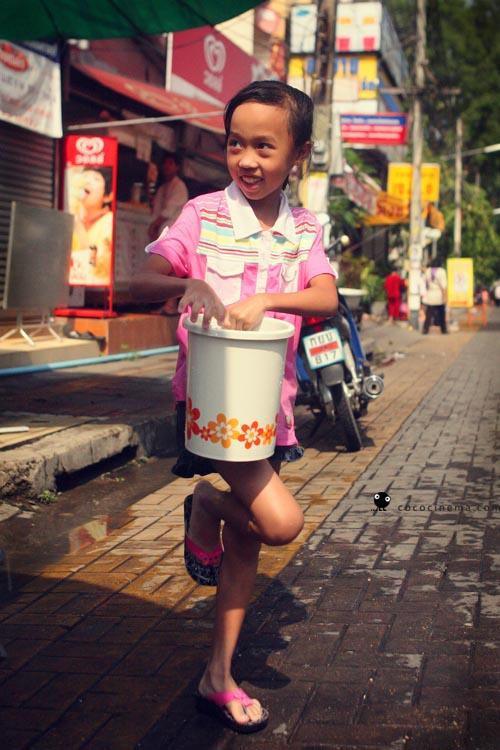 устойчивая девочка-фламинго готовит лед за шиворот.