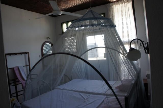 это маленькая комната (около 2300 руп.)