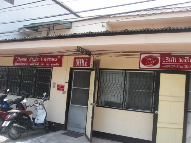 Фабрика. Кафе-магазин -- напротив.