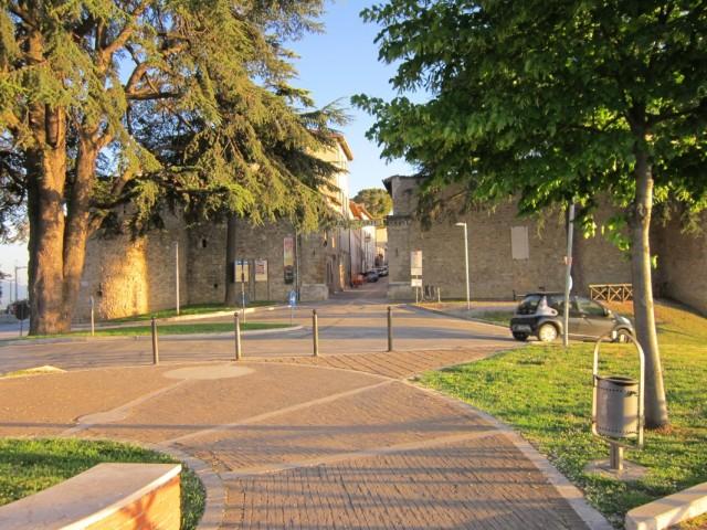 У средневековых крепостных стен