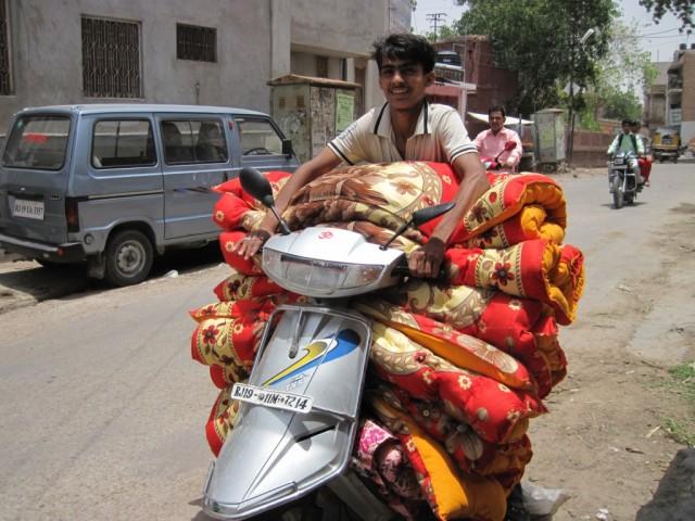 Куда ему в такую жару столько одеял?)))