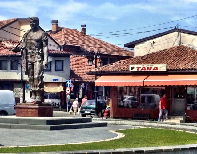 Памятник Раме возле магазина Тара в городе Гьякова.
