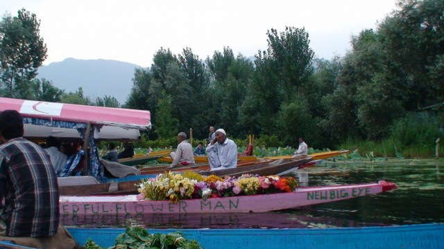 надпись на лодке: Flower-man, Человек-цветок :)