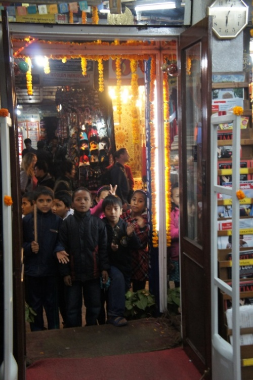детишки толпами заходят в каждый магазин, ресторан, кафе, где после песен и плясок получают маленькую денюжку.. :-) прямо рождественские калядки ...