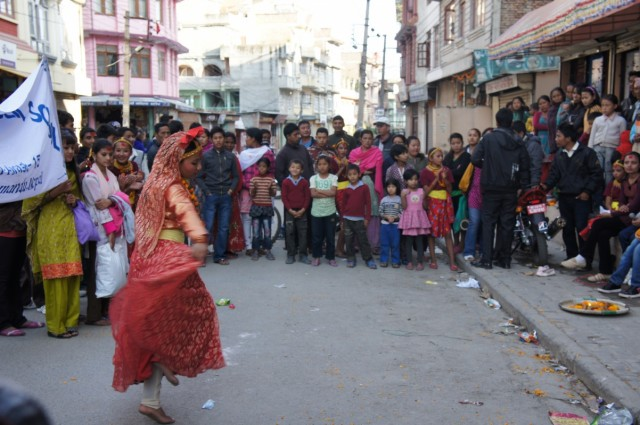 непальский танец на дороге..