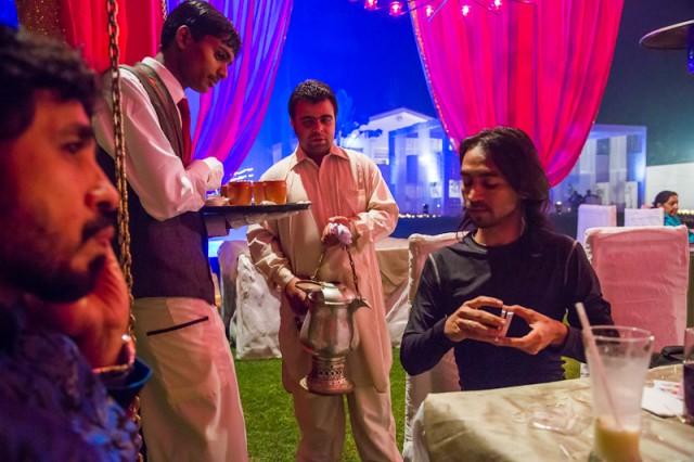 diwali party 6 - Раздают кашмири кава - оказалось, это всего лишь зеленый чай с кардамоном и сахаром