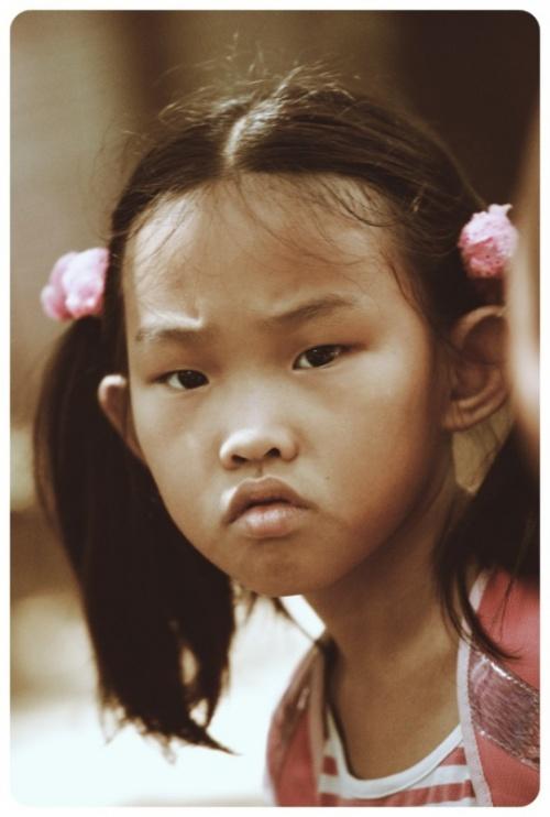 китайское дите.которую задалбывал своими фото папаша...я к нему присоединилась)))0