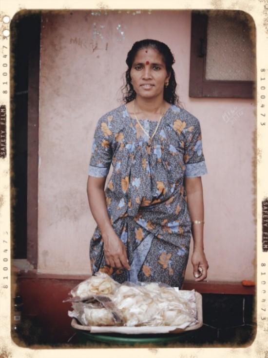 женщина продающая чипсы...капец-твердые...но такие вкусные)))0