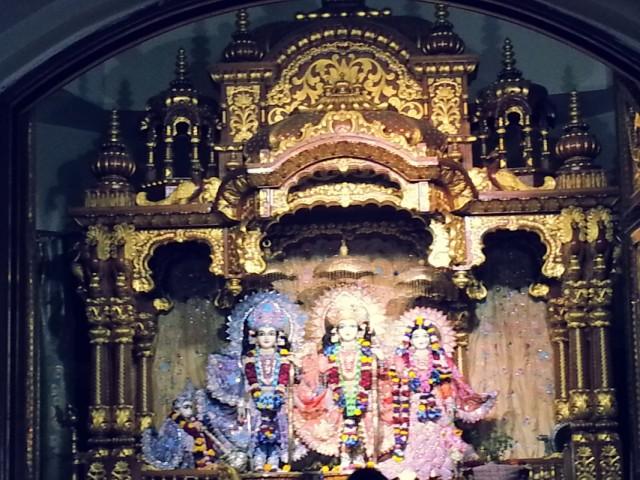 мурти Божеств внутри храма ИСККОН