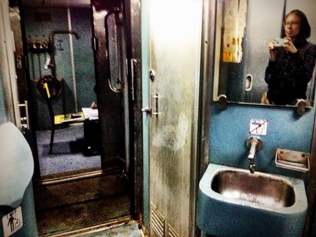 Поезд Мумбаи-Кочи. Вид изнутри. Штаб.