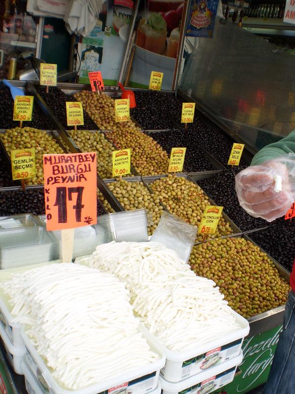 Свежий сыр и оливки