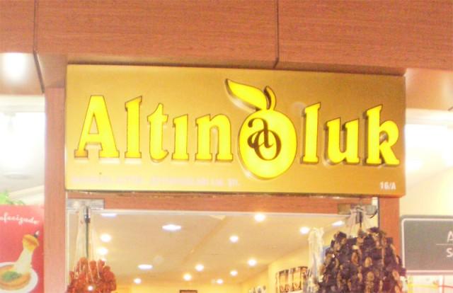 """Магазин """"Altınoluk"""", где продают пейнир хелвасы."""