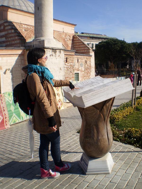 Книга напротив Мечети Ахи Челеби и моя гениальная сестрица, прочитавшая эту историю на турецком!!!