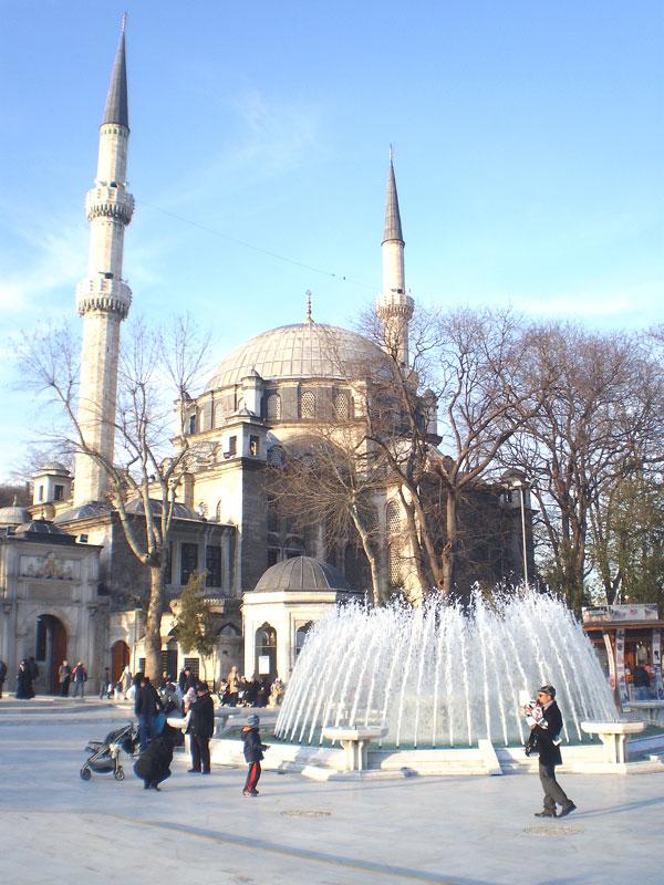 Фонтан, напротив входа в Мечеть Эйюп-султана