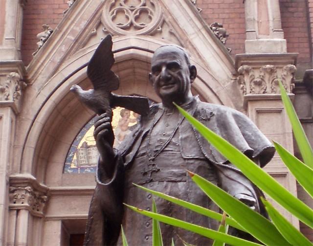 Папа Иоанн XXIII - справа