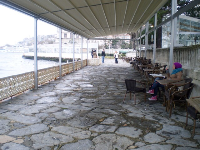 Летняя ресторация на берегу Босфора