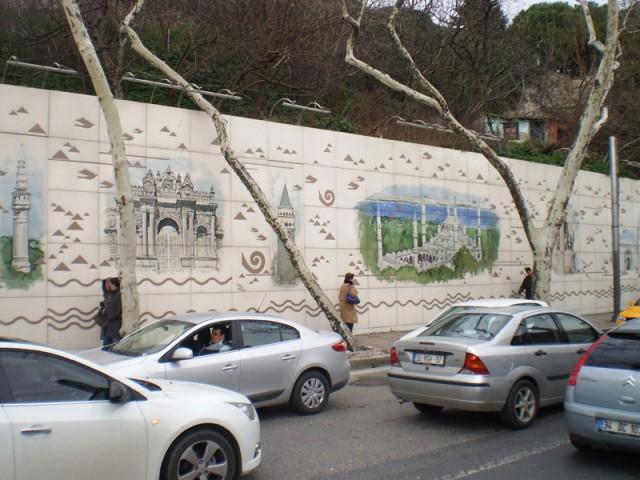Живописная стена по дороге