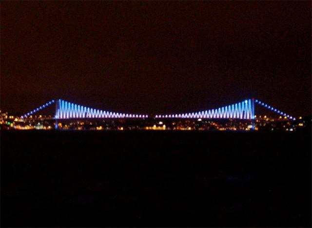 Переливчатый Босфорский мост ночью особенно красив