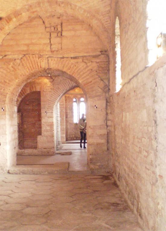 Проход к южному приделу Храма