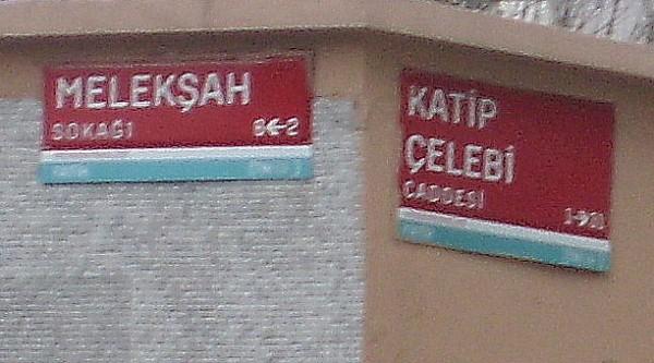 На углу Melekšah sok. и Katip Çelebi cad.