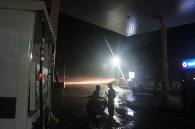 А проезжающие мимо машины освещали струи дождя, выхватывая из темноты какие-то фрагменты жизни...