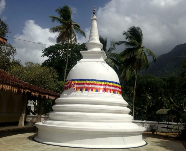 по пути заехали в храм Rankoth Rajamaha Vihara
