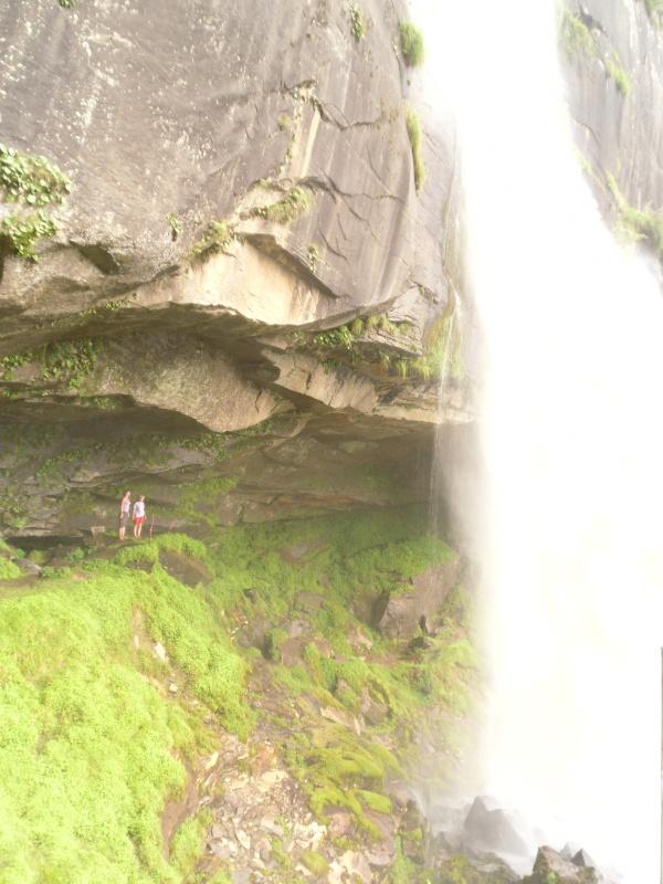 идём под водопадом