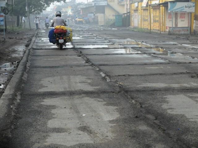Главная дорога в деревне Ласур. Даже не могу предположить для чего все это понастроенно
