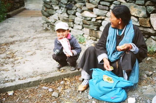 по пути в монастырь на горе. пикник на обочине