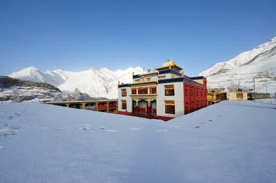 Монастырь в снегу.