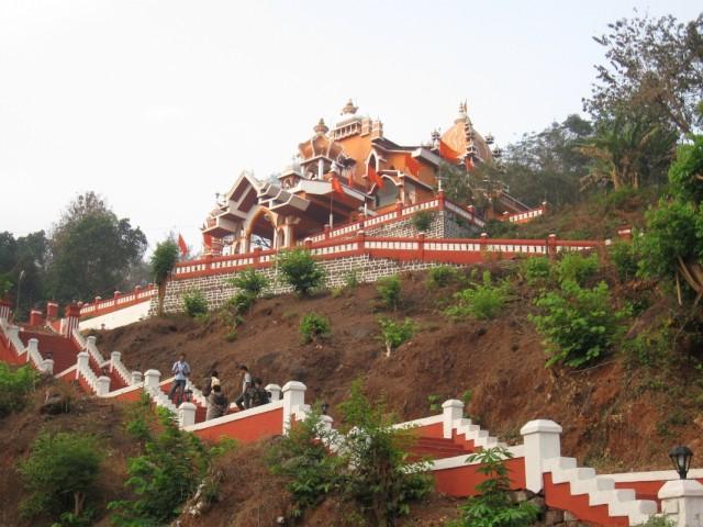 Храм Ханумана (Марути) на вершине холма