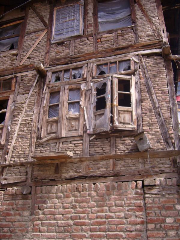 старинное здание в Шринагаре