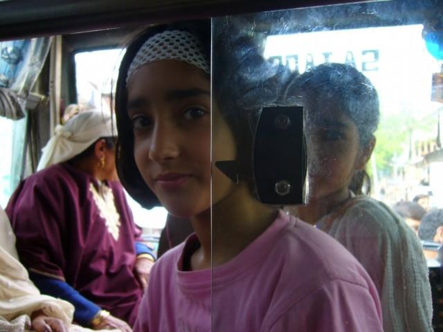 девочка в автобусе