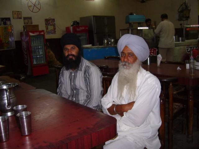 в кафе по дороге в Кашмир