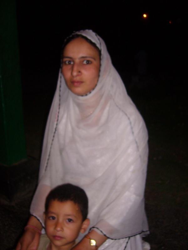 женщина возле мечети