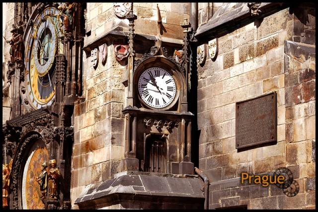 Астрономические час ( левее) на Староместкой площади