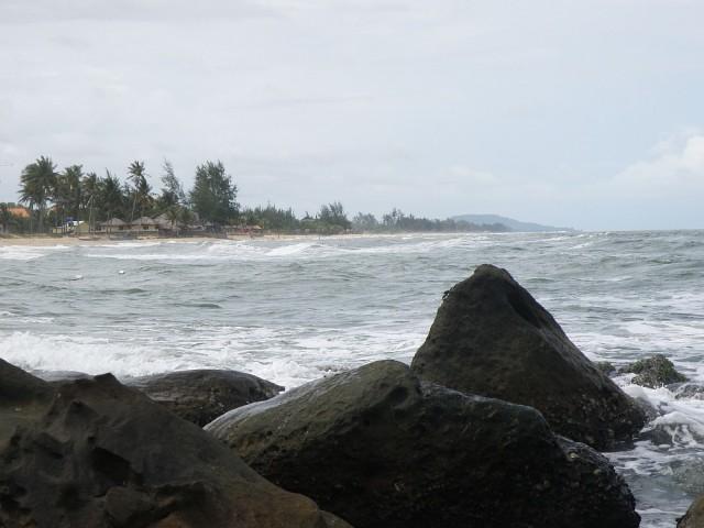 За скалами тоже пляж