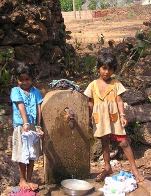 Две девчушки засмущались побросав свое белье.