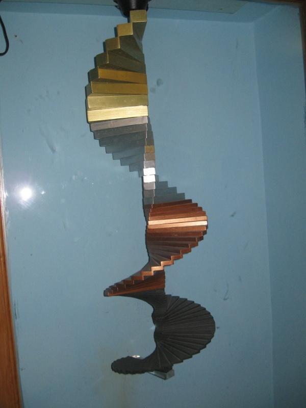 Трёхмерная модель лестницы человеческих жизней, спускающейся вниз: первые 8 ступеней - это первые 8 рождений в Золотом веке, 12 серебряных ступеней...