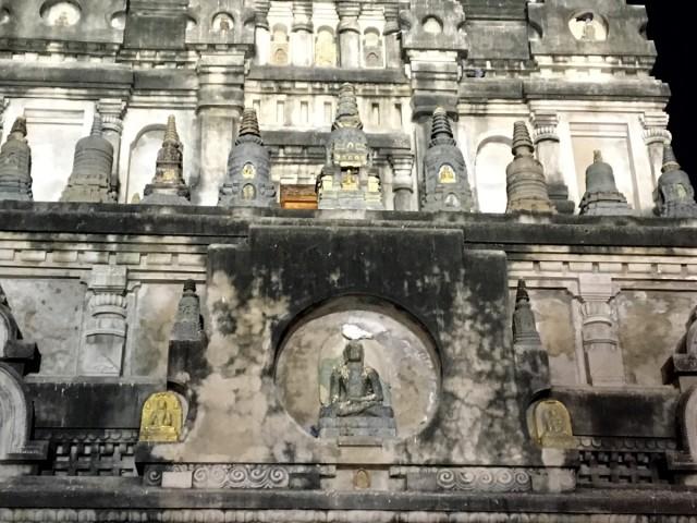 Белый голубь на голове Будды