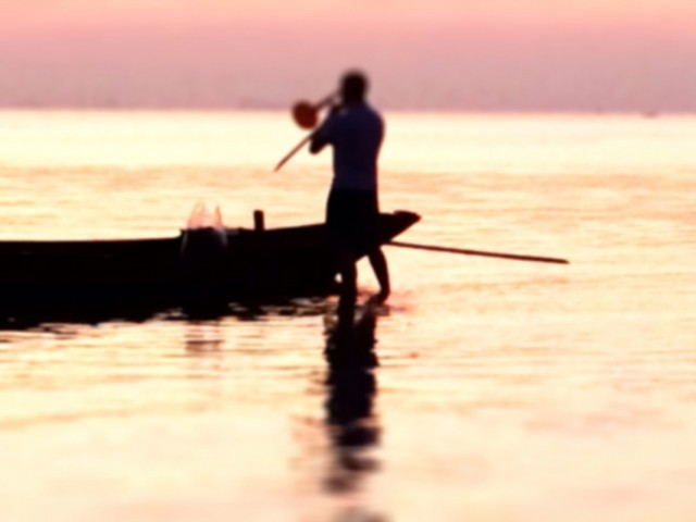 Чувак играет в море на трубе