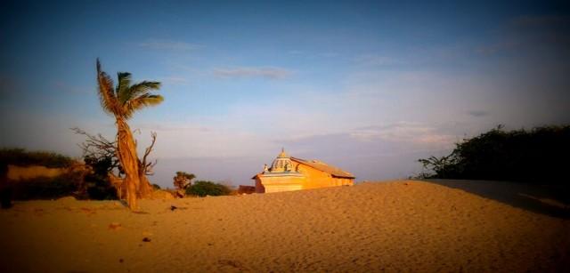 За дюнами