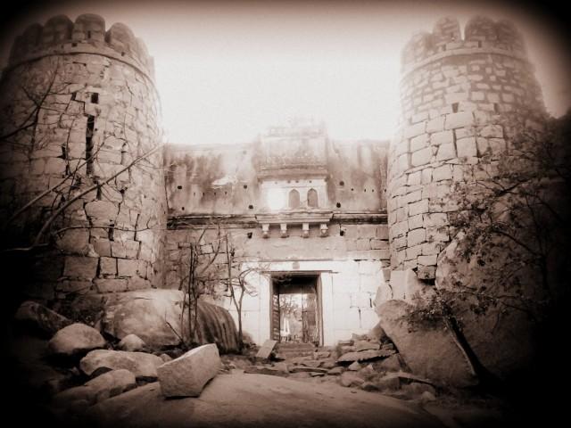 древние остатки крепости на холме дурги