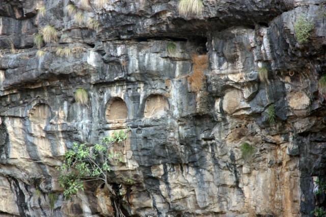 вид над главной пещерой